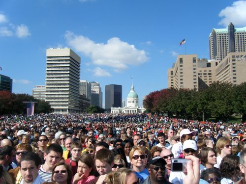 Obama_rally_under_arch
