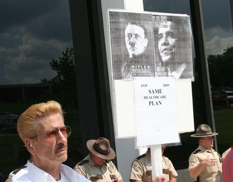 Obama_Hitler_sign